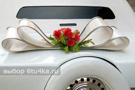 украшенная лентами свадебная машина