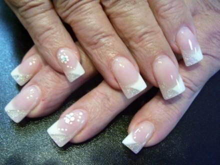 Отдельные ногти украшены скромной лепкой