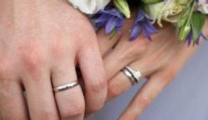 Кольцо обручальное и помолвочное после свадьбы: как носить?