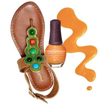 Под коричнево-оранжевые сандалии подойдет ярко-оранжевый лак для педикюра