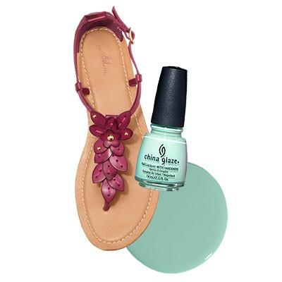 Под неяркую обувь подойдет неяркий лак для педикюра освежающего цвета