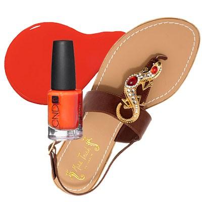 Яркое украшение на обуви = яркий лак для педикюра