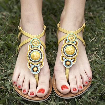 Привлеки внимание к ногам с помощью яркого лака!