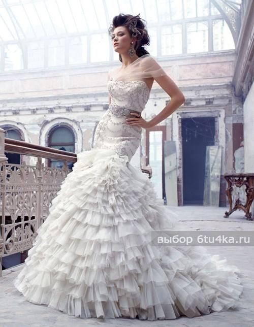 На фото свадебное платье с пышной легкой юбкой