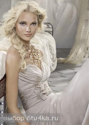 На фото - нежно-кремовое свадебное платье