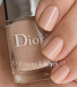 Светлый цвет лака для ногтей от Dior
